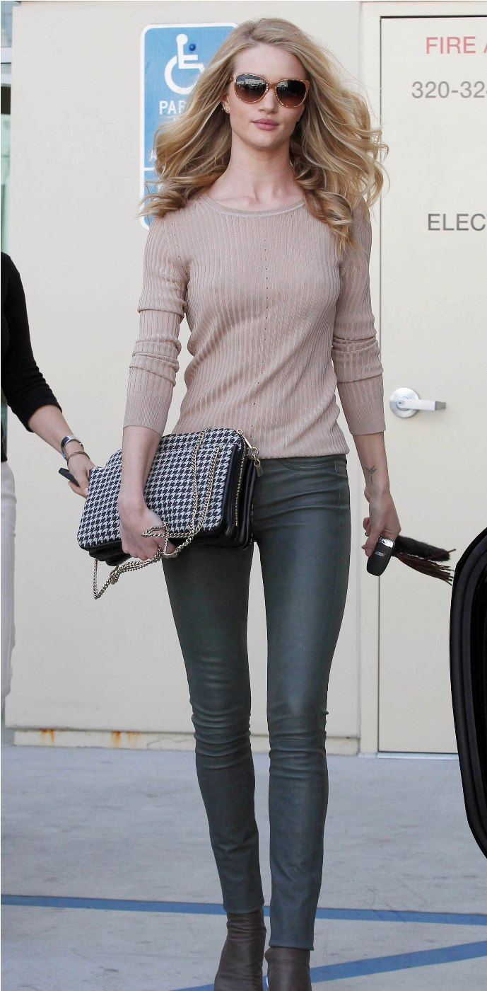 Rosie Huntington-Whiteley shops at Chanel in Beverly Hills-California on February 21 2012 (4)