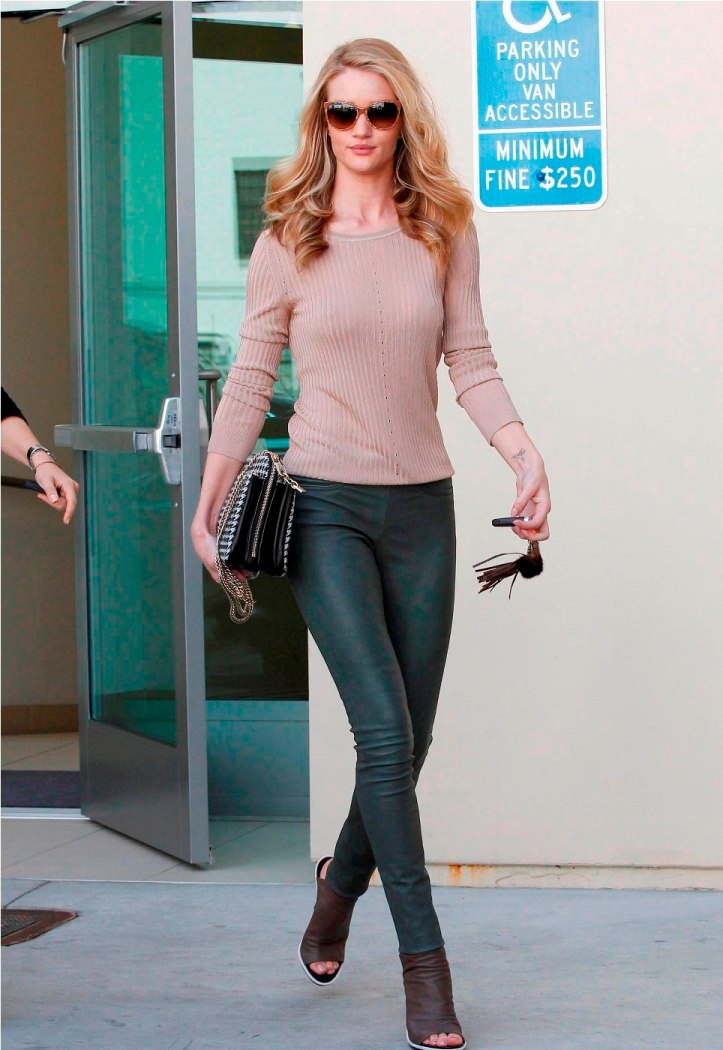 Rosie Huntington-Whiteley shops at Chanel in Beverly Hills-California on February 21 2012 (5)