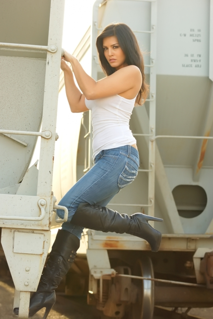 Indian Model Sunny Leone looking hot in tight jeans