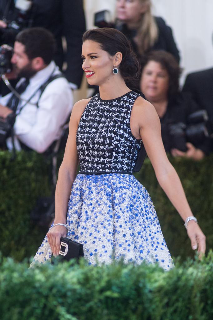 Adriana Lima in Giambattista Valli Couture at 2016 Met Gala in New York City (4)