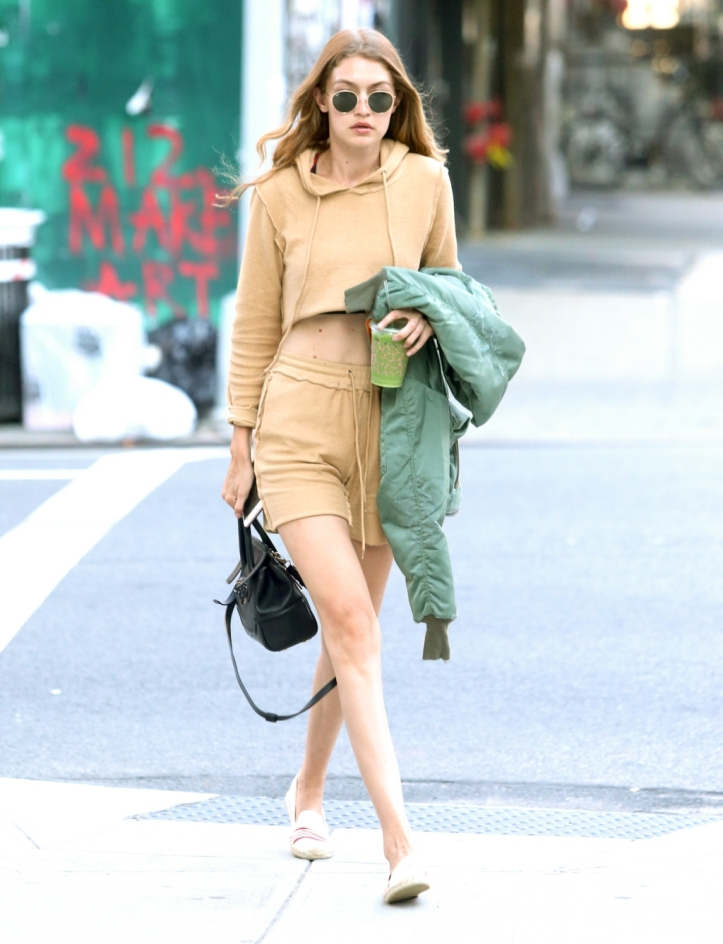 Gigi Hadid is arriving at her apartment in New York City (4)